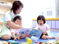 保育士と遊ぶ子どもたち