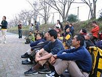 佐賀県で開かれたクライマーズチャレンジカップに参加したモンキーマジックのスクールメンバー。壁を前にちょっと緊張気味。(以下3枚の写真は長崎県フリークライミング協会提供)