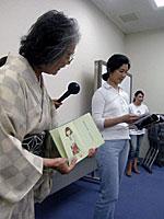 「RAINBOW」の多言語読み聞かせの様子。一節を日本語で読み、その後それぞれの言葉が続く。この日は中国語、タガログ語、ビサヤ語の順に行われた。