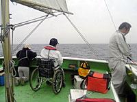 船の後部で釣りを楽しむ
