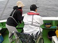 釣れそうになると、平井キャスターも思わず身を乗り出す