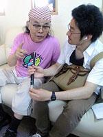 自治会の中沢会長にインタビューする生駒記者