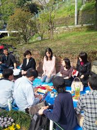 横浜・元町の公園で開かれた交流会