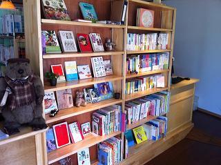 外だけではなく、店内にも本が並べられている
