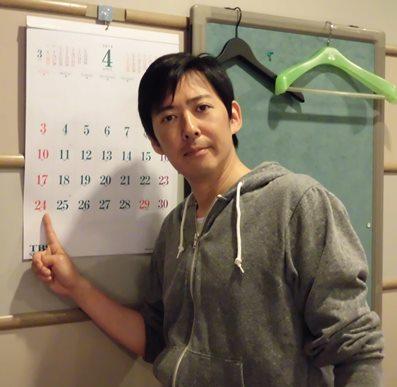 収録日を指さす駒田さん