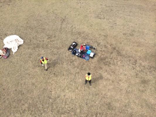 上空20mから下を見る。ピクニックのように見えるのは技術スタッフ