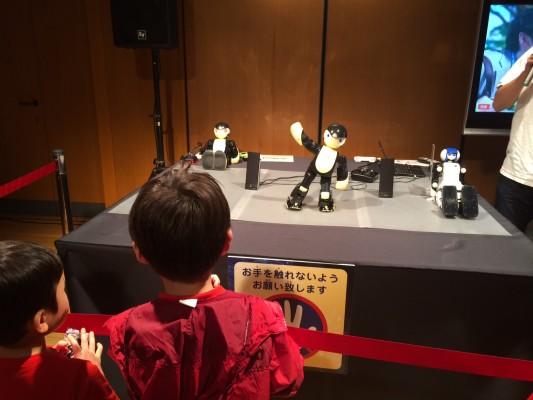 ▲ラジオ体操をするロボット。関節の動きも進化しましたね。