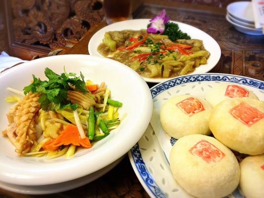 ▲左から香港式イカとスルメ炒め、茄子のエビ味噌炒め、上海鮮肉月餅