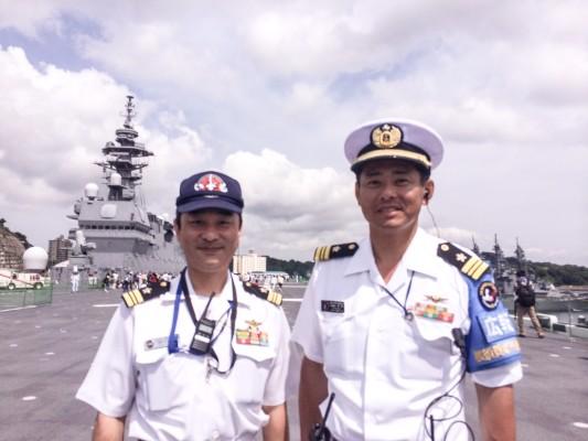 ▲いずも乗組員の松村さん(左)と広報係長の楠橋さん