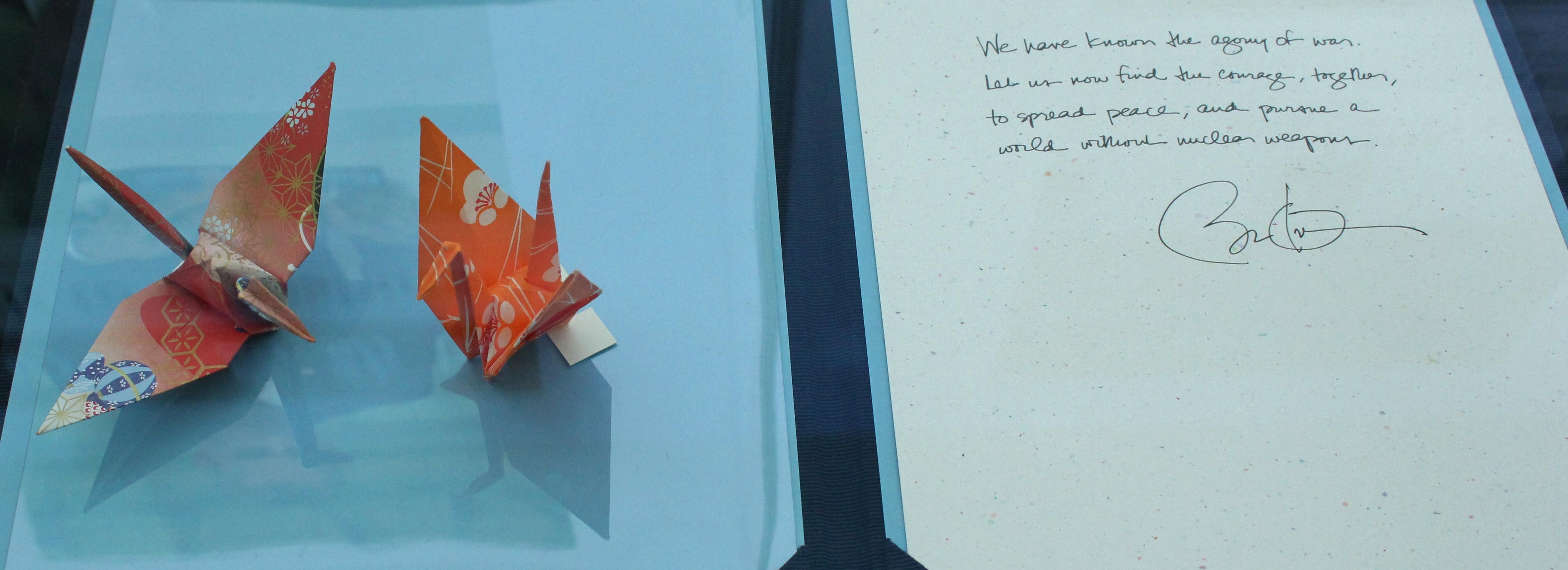 この5月にオバマ大統領が広島平和記念資料館を訪問した際に寄贈した自ら折った折り鶴と寄せられたメッセージ