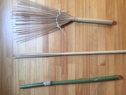 ▲下が切ってきた時の竹、それを皮を剥き、割いていく