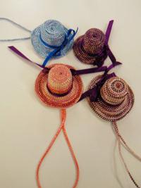 お年寄りと子どもたちが作った飾り用の帽子