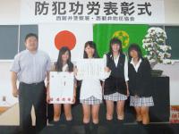 表彰された女子硬式テニス部員と津田先生