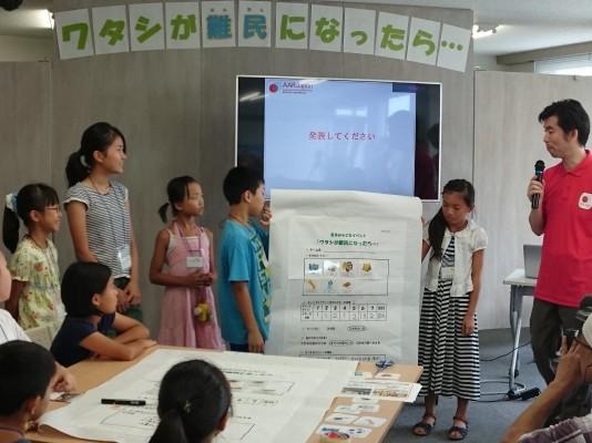 自分たちの考えを発表する子供たち
