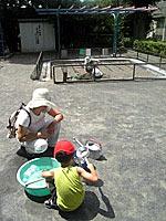 リヤカーに積んだ遊具で水遊び