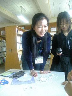韓国籍の子供たちに日本語を教える、留学生の王偉偉さん。