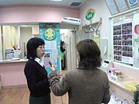 小田急ライフアソシエの内田さんに説明を受ける山口リポーター