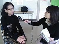 代表の白石禮子さんにインタビューする山崎キャスター