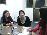 新崎キャスターのインタビューに答える代表の金貞恵さん(右)と広報担当の村瀬文香さん(左)