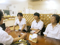 吉原記者のインタビューに答える。左から長田さん、山崎さん、佐和さん。