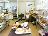 店内には様々な製品が並ぶ。奥にはイートインコーナーも