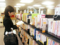 「こころとからだの文庫」を取材する池田リポーター