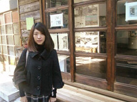 「芝の家」を訪れた新崎キャスター