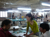 現地の工場で。真ん中の女性が山口さん。