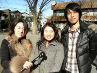 「フェアトレードパートナー」の迫田さん(中)と高橋さん(右)