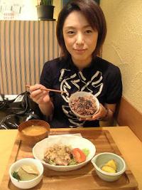 豚肉の山椒焼きや玄米ご飯を波岡キャスターもいただきました。