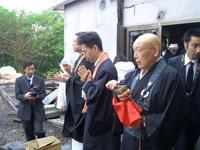 合同法要では平久江剛志さん、中下大樹さんたちが読経した