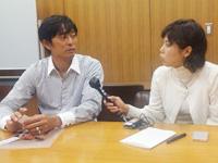 内谷さんにインタビューする岡本キャスター