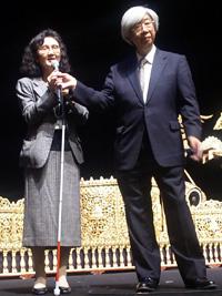 コンサート前に説明に立つ松下功教授(右)と田村啓子さん(左)