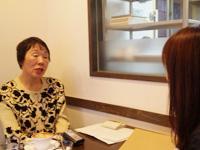 楠葉キャスターのインタビューに答える住垣さん