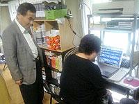 「スラッシュ」では、視覚障害者が視覚障害者にマンツーマンで教える。
