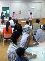 日本語教室では新宿虹の会のボランティアが先生をつとめる