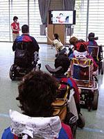 3つの会場とつないで行われた東京の電動車椅子サッカーの体験会