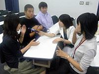 授業後に学生たちに話を聴く中村キャスター