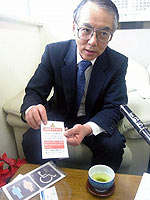 試作品を手にする「CAN」の橋本博さん