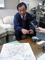 地下鉄マップを前に話す「CAN」の伊藤裕道さん