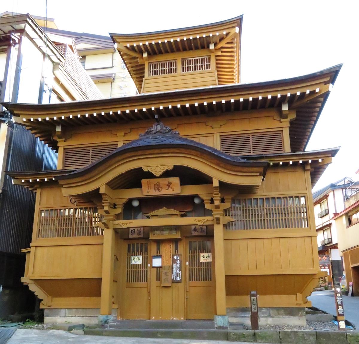 江戸時代の湯屋建築を再現した外湯(共同湯)のひとつ、大湯。野沢温泉のシンボル的存在だ