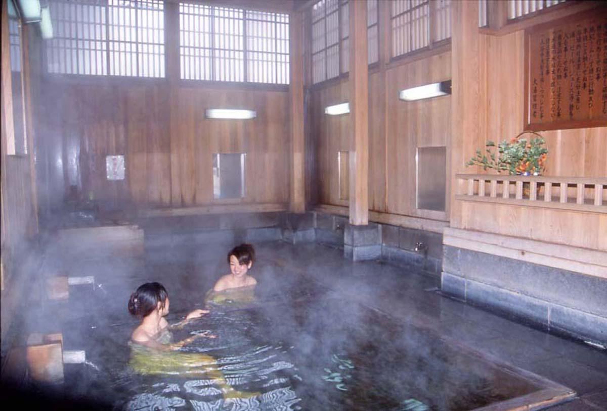 アンチエイジングの効果が高い野沢温泉の湯を掛け流しで楽しめる外湯(共同湯)の大湯