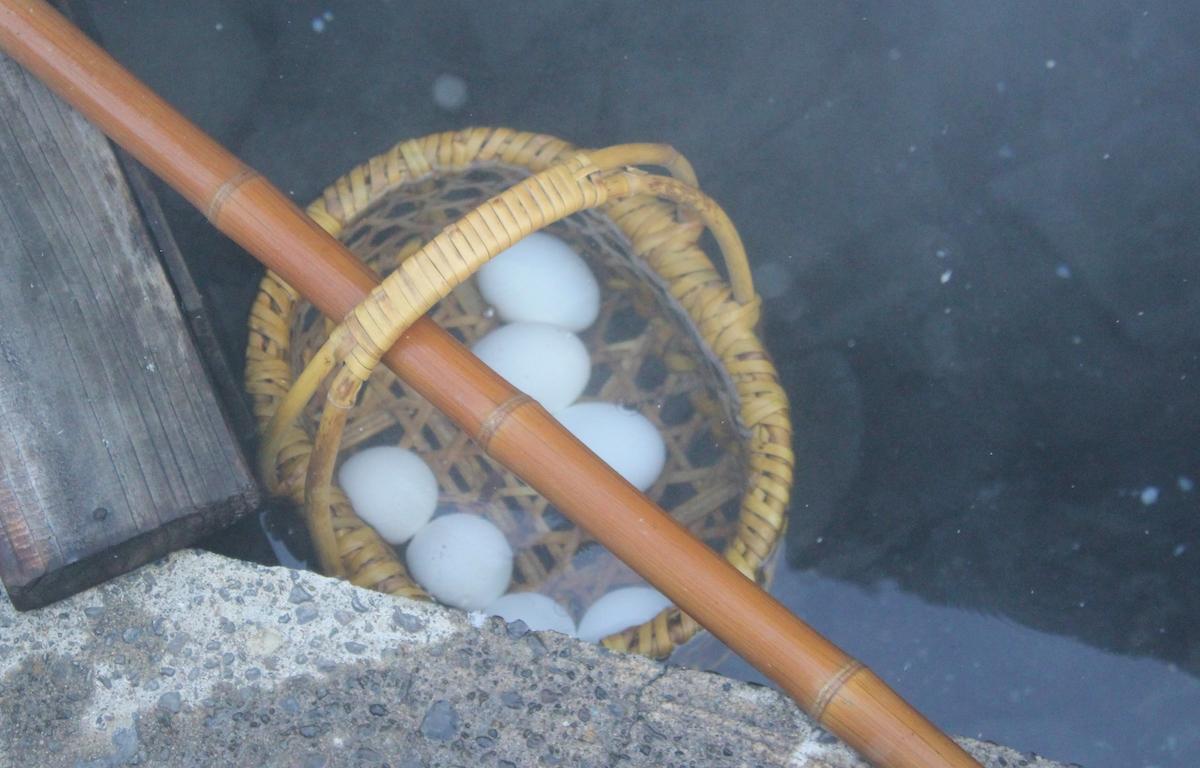 村人の台所になっている麻釜。100度近い源泉につけて温泉卵を作る