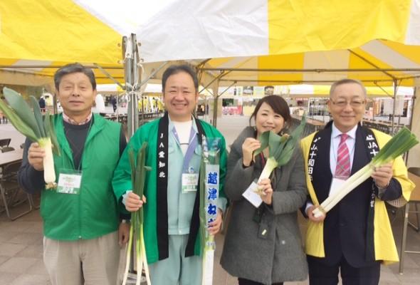 ▲自慢のねぎを持って。左から堀口さん、尾関さん、斗澤さん