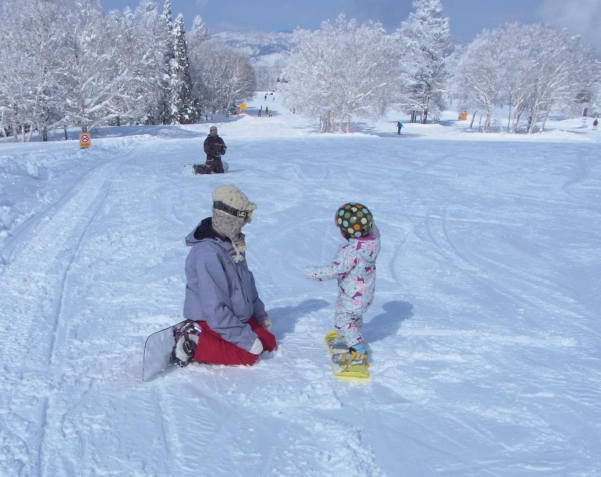 上に登るほどに傾斜がゆるやかになる野沢温泉スキー場の上ノ平ゲレンデ。小さな子供でも安心して滑れる
