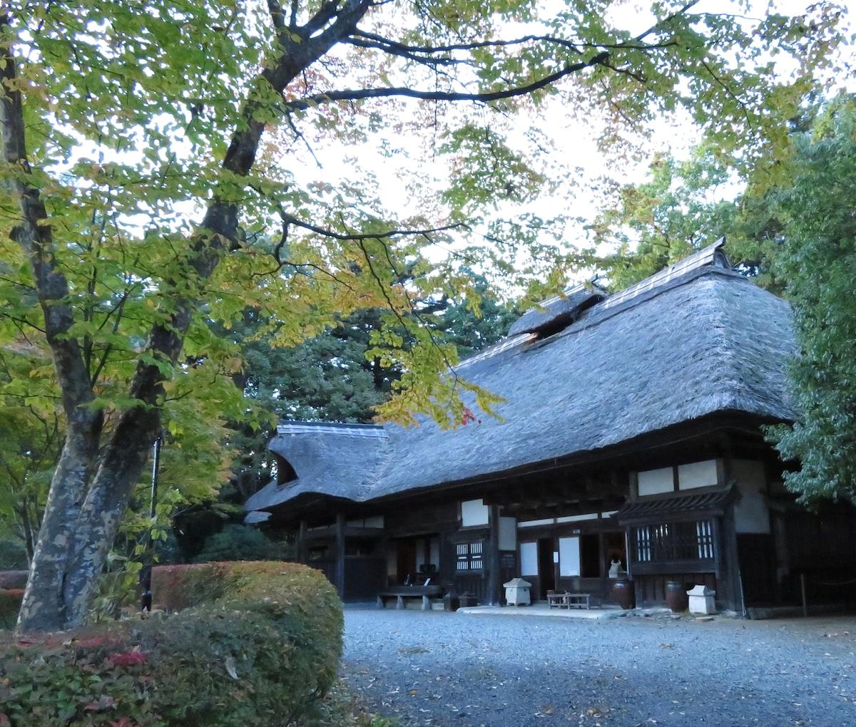 濱田庄司記念益子参考館に保存されている茅葺の自邸。内部には愛用した家具なども展示されている