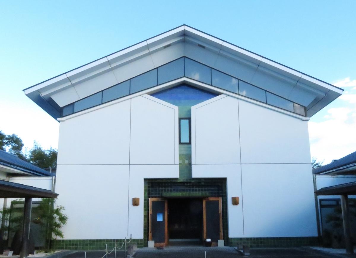 益子町の陶芸メッセに立つ益子陶芸美術館