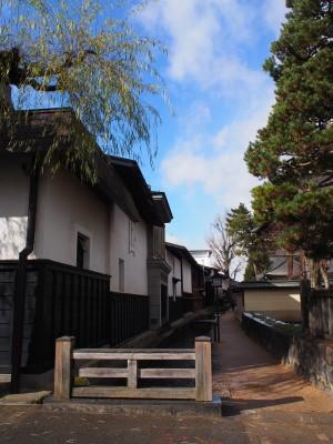 瀬戸川と白壁の土蔵が続く、しっとりとした街並み。