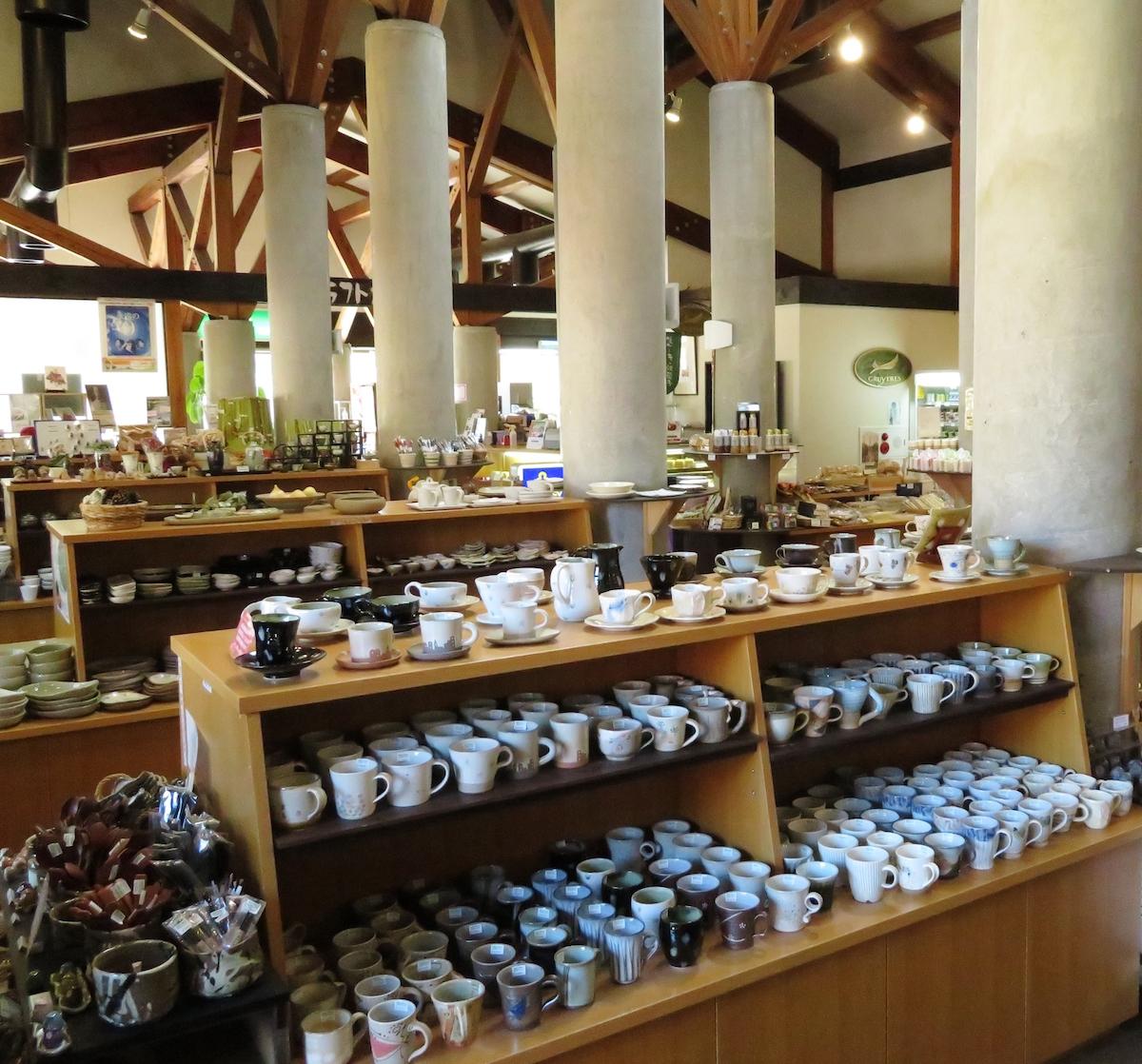 笠間工芸の丘には笠間焼を手頃な値段で求められるショップもある