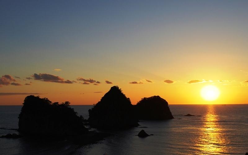 夕陽を浴びシルエットになって浮かびあがる西伊豆町の三四郎島